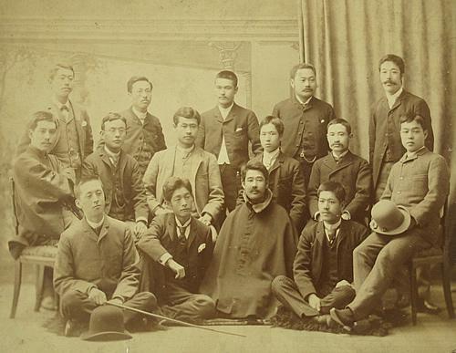 明治24年9月、時事新報記者集合写真。欽亮は前列中央、マントを着けてい... 慶應義塾大学出版会